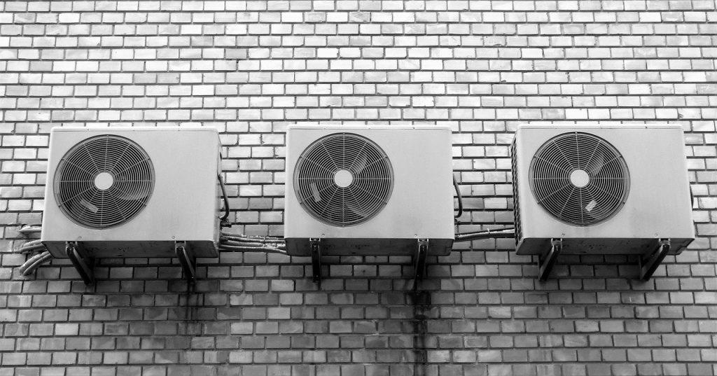 Una fachada de un edificio con slipts de aerotermos.