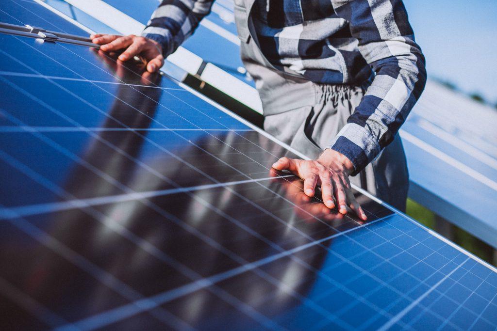 Un técnico verifica una instalación fotovoltaica.