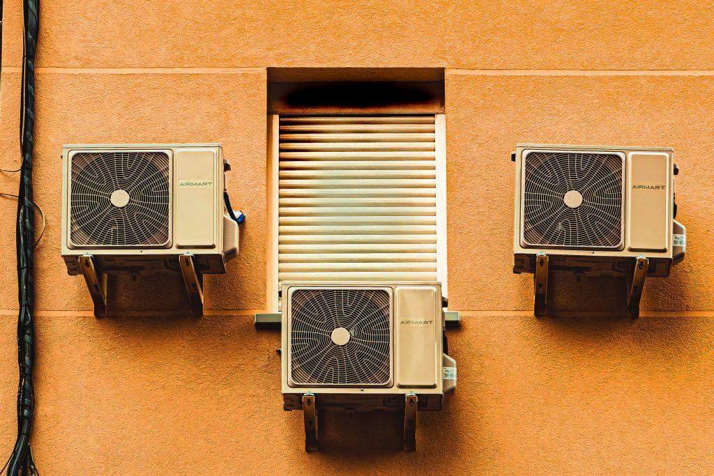 Un edificio con varios sistemas de aire acondicionado.